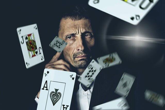 Mies ja pelikortit